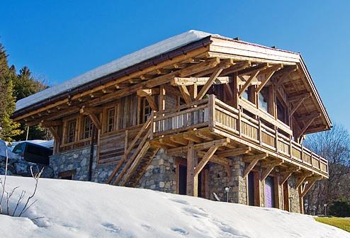 дом с крышей в стиле шале