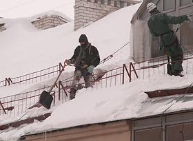 уборка снега на крышах с крутыми скатами