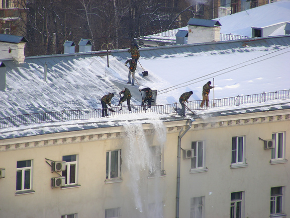 Очистка кровли от снега и наледи цены в московской области