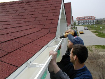 Закрепить водостоки с крыши своими руками 360