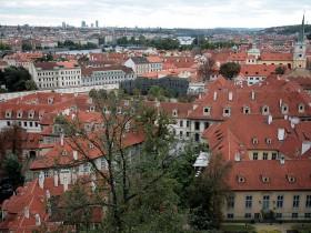 красные крыши Праги из натуральной черепицы