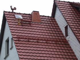 красная крыша из черепицы