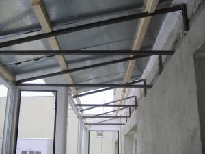 остекленный балкон с крышей из цинкового листа