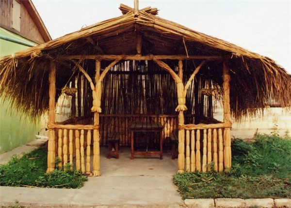 оригинальная конструкция с соломенной крышей