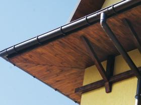 Свес, обшитый деревянной доской
