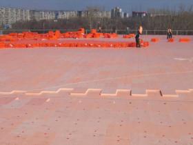 Плоская крыша здания, покрытая пеноплексом