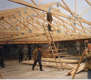Строительство крыши с помощью готовых ферм